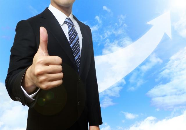 成長・向上のイメージとスーツ姿の男性 ビジネスマン