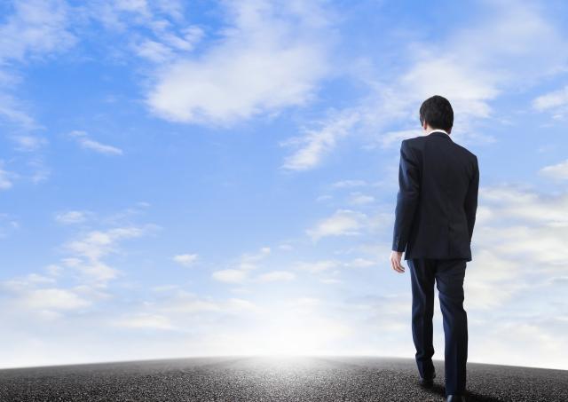 歩くビジネスマンと道のり