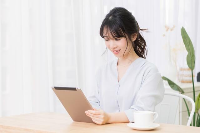 社労士の勉強をする女性